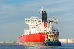 Tankfartyget seglar i port Royaltyfri Foto