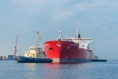 Tankfartyget seglar i porten av Amsterdam Royaltyfria Bilder