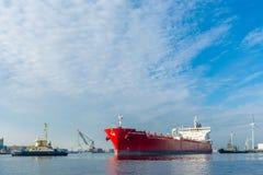 Tankfartyget seglar i porten av Amsterdam Fotografering för Bildbyråer