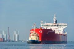 Tankfartyget seglar i porten av Amsterdam Royaltyfri Bild