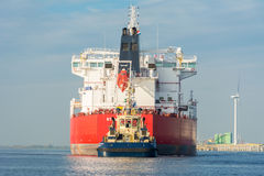Tankfartyget seglar i porten av Amsterdam Royaltyfria Foton