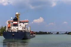 Tankfartyget seglar på Welland Cana Royaltyfri Fotografi