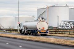 Tankfartyglastbil i rörelse på vägen arkivfoto