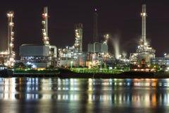 Tankfartygoljeraffinaderi i nattetid Royaltyfri Bild