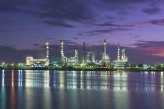 Tankfartygoljeraffinaderi på skymning Arkivbild