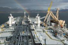 Tankfartygpäfyllning för olje- produkt från terminalen Royaltyfria Foton