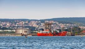 Tankfartygpäfyllning Rött lastfartyg som förtöjas i Varna port Royaltyfri Bild