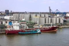 Tankfartygportterminal och lastfartyg, Rotterdam, Nederländerna Royaltyfria Bilder