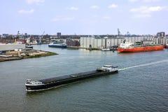 Tankfartygportterminal och lastfartyg, Rotterdam, Nederländerna Arkivbild