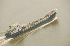 Tankfartygrörelse i floden Arkivbilder