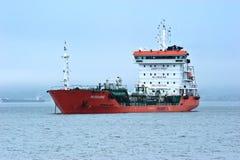 TankfartygRN-polstjärnan som ankras i vägarna Nakhodka fjärd Östligt (Japan) hav 22 07 2015 royaltyfria bilder