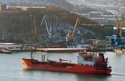 TankfartygRoshchino flyttningar till pir Nakhodka fjärd Östligt (Japan) hav 02 03 2015 Royaltyfria Foton