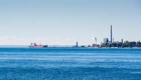 Tankfartygskepp anslöt på smörjmedelväxten på Lake Ontario Arkivfoto
