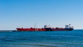 Tankfartygskepp anslöt på smörjmedelväxten på Lake Ontario Royaltyfri Bild