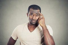 Tankfull man som skrapar hans head sökande efter lösning fotografering för bildbyråer