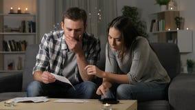 Tankfull parredovisning som kontrollerar kvitton arkivfilmer