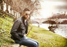 Tankfullt sammanträde för ung man bredvid floden Arkivbild