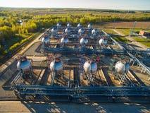 Tanklager für Massenerdöl- und Benzinspeicher Schattenbild des kauernden Geschäftsmannes Lizenzfreies Stockfoto
