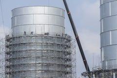 Tanklagerungsgrundlage mit Baugerüst Stockfotografie