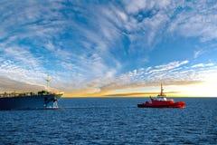 Tankowa statek przy wschodem słońca Obrazy Stock
