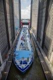 Tankowa statek wchodzić do statku gigantycznego dźwignika i pokonuje 38 metres w wysokości obraz royalty free