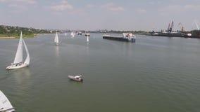 Tankowiec żaglówka na rzece i statek widok z lotu ptaka Żaglówki i tankowiec zbiory
