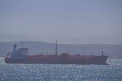 Tankowiec dokuje blisko schronienia Zdjęcia Stock