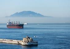 Tankowiec Gibralter nadmorski w mgle Obraz Royalty Free