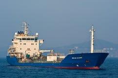 Tankowiec Nicholay Shalavin zakotwiczający w drogach Nakhodka Zatoka Wschodni (Japonia) morze 19 04 2014 Zdjęcia Royalty Free