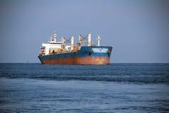 Tankowiec niesie ładunek na wysokich morzach Zdjęcia Stock