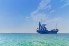 Tankowiec przy otwarte morze horyzontem Obraz Royalty Free