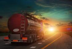 Tankowiec z chromu tankowem na autostradzie Obraz Stock