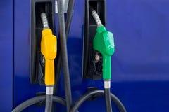 Tanksäule, Tankstelle, Benzin Füllende Düsen der bunten Tanksäule lokalisiert auf weißem Hintergrund stockbild