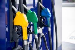 Tanksäule, Tankstelle, Benzin Füllende Düsen der bunten Tanksäule lokalisiert auf weißem Hintergrund lizenzfreie stockbilder