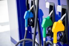 Tanksäule, Tankstelle, Benzin Füllende Düsen der bunten Tanksäule lokalisiert auf weißem Hintergrund lizenzfreie stockfotografie