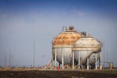 Tanks bij de raffinaderij Stock Afbeelding