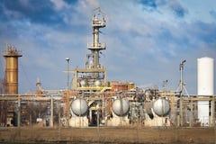 Tanks bij de raffinaderij Stock Afbeeldingen