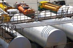 Tanks en auto's met brandstof stock fotografie