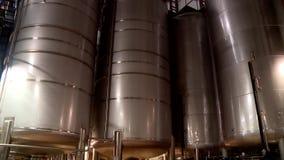 Tanks met bier bij de brouwerij stock footage