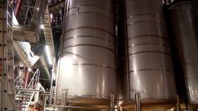 Tanks met bier bij de brouwerij stock video