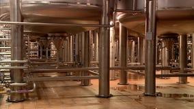 Tanks met bier bij de brouwerij stock videobeelden