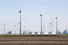 Tanks voor olieopslag en windmolens, Groningen, Nederland Royalty-vrije Stock Foto's