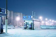 Tankstelle an den Nachtstadtleuchten des Winters Lizenzfreies Stockfoto
