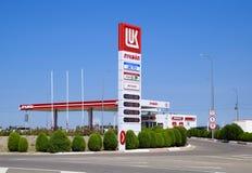 Tankstelle des Ölkonzerns Lukoil auf der Autobahn Lizenzfreie Stockbilder