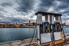 Tankstelle durch das Meer in Alghero-Hafen Stockbild