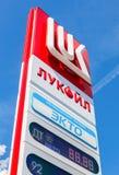 Tankstelle-Preiszeichen, angezeigt dem Preis des Brennstoffs auf dem g Stockfotos