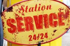 Tankstelle 24 Retro- Weinlesezeichen Frankreich der Stunde Stockbild