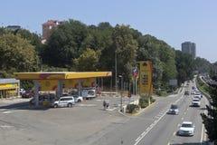Tankstelle ` Rosneft-` auf Lenin-Straße in der Erholungsortregelung Adler, Sochi Stockbild