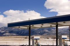 Tankstelle und bewölkte Himmel Stockfotos