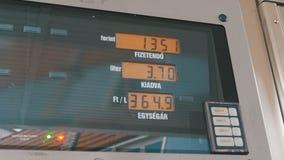 Tankstelle-Zähler Gaskosten, die für Verbraucher an den Pumpen steigen stock footage